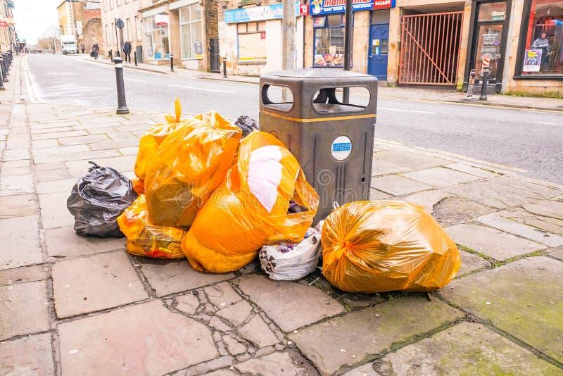 Сумки отброса на улице в Ланкастере Англии стоковое изображение