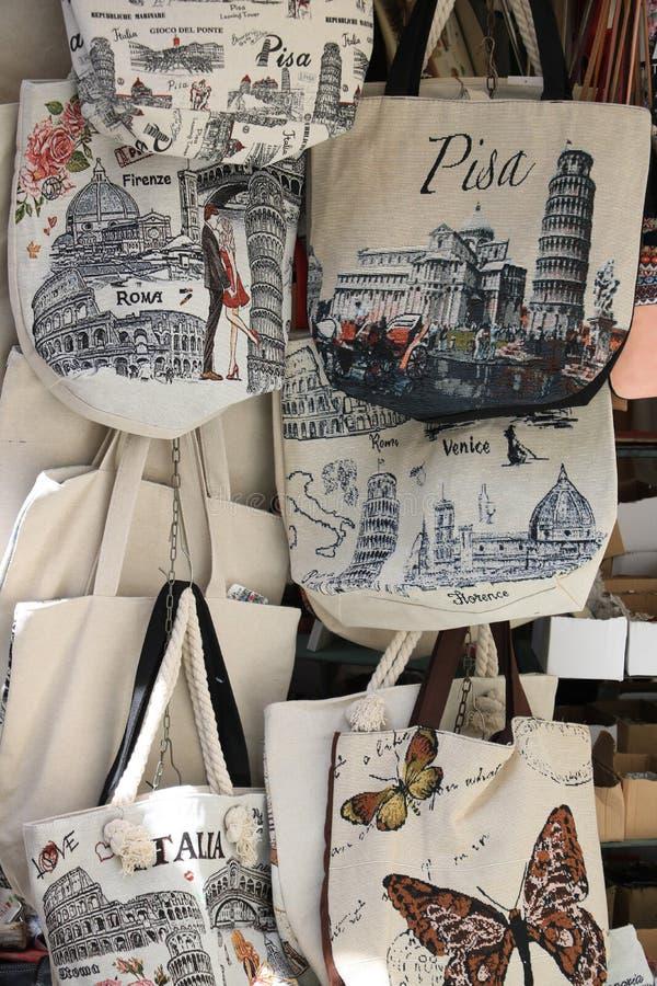 Сумки сувенира полагаясь башни Пизы Стойлы рынка в стоковая фотография rf