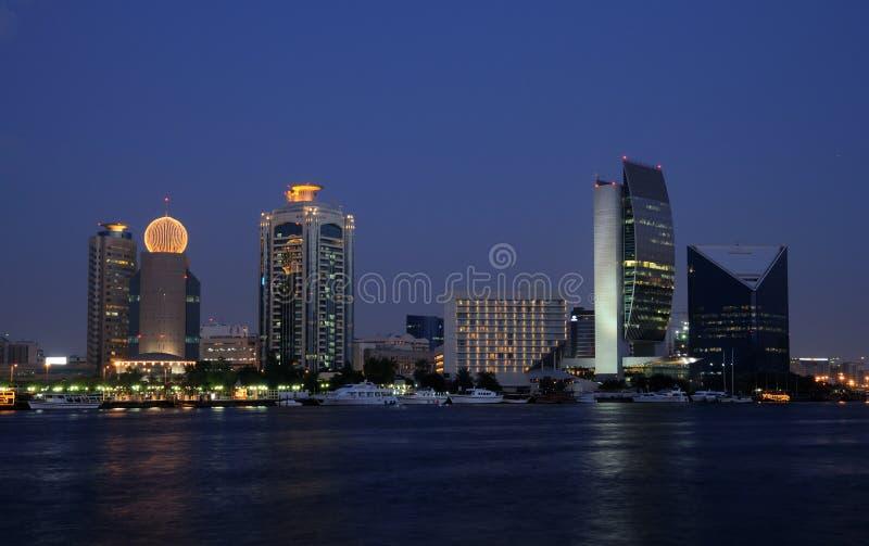 сумрак Дубай заводи зданий стоковая фотография rf