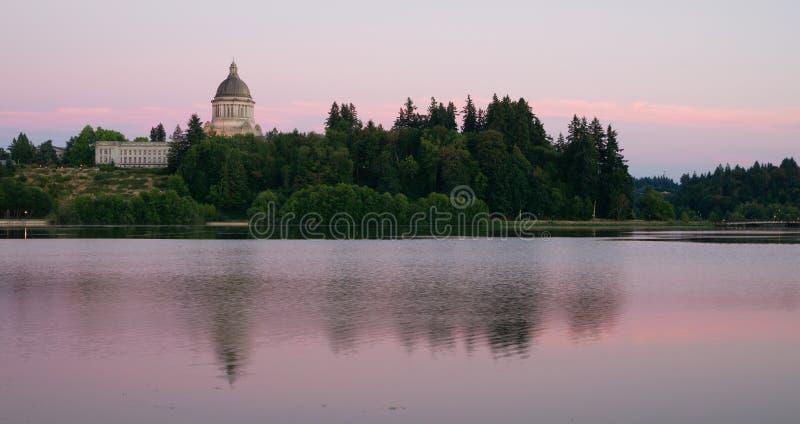 Сумрак захода солнца Вашингтона Олимпии озера здани правительства прописной стоковые фотографии rf