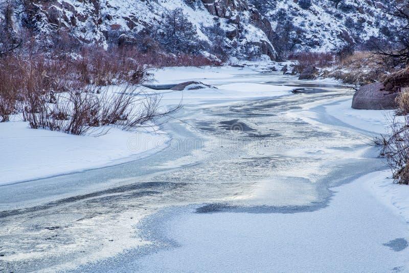 Сумрак зимы над рекой стоковое фото