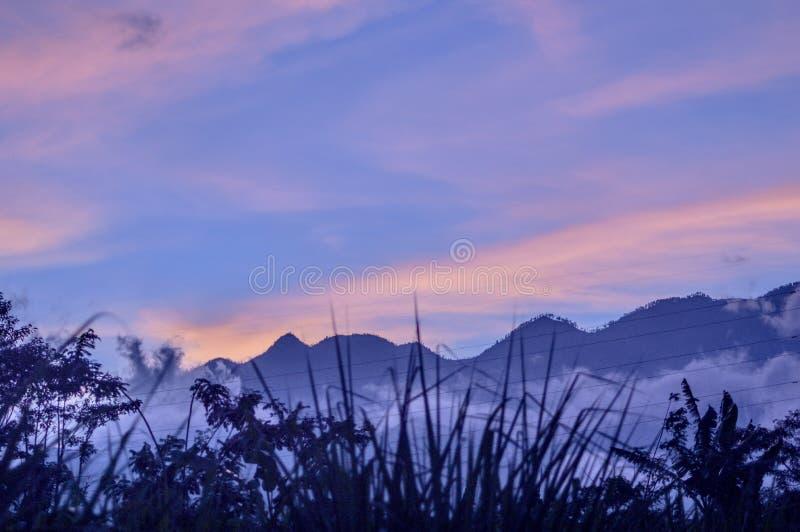 Сумрак и гора стоковая фотография rf