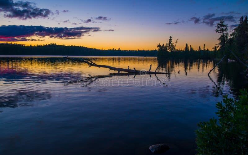 Сумрак на озере sawbill, bwcaw стоковые изображения