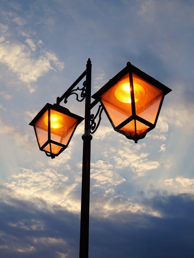 сумрак освещает улицу стоковая фотография rf