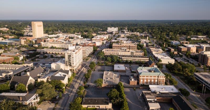Сумрак приходит к главной улице в Spartanburg Южной Каролине стоковое фото rf