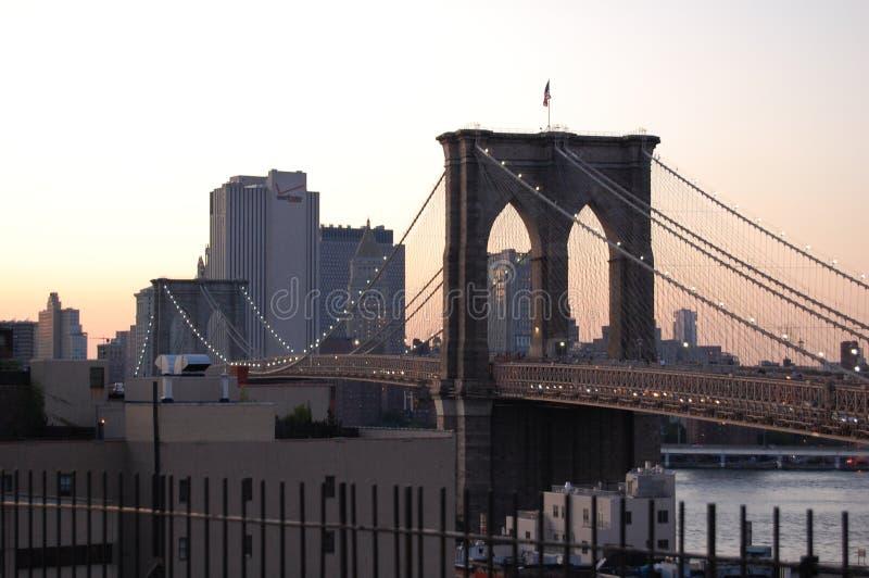 сумрак New York города brooklyn моста стоковое изображение