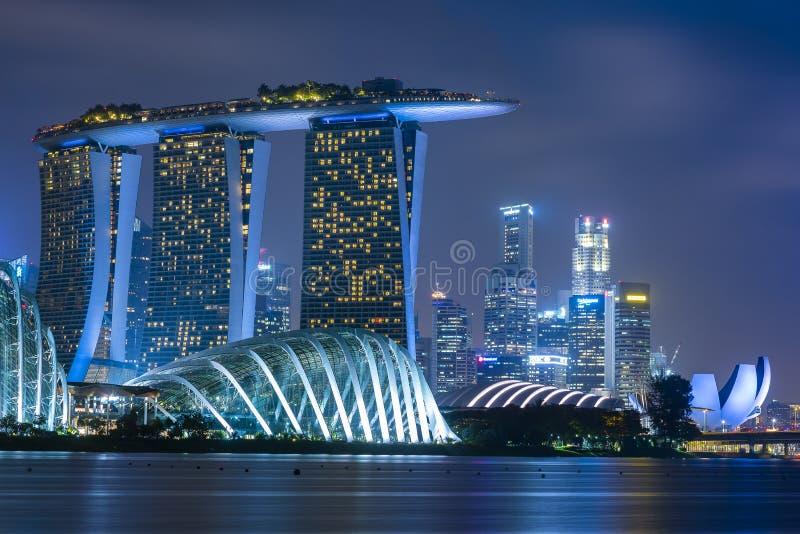 сумрак singapore городского пейзажа Ландшафт организации бизнеса Сингапура вокруг залива Марины Современное высокое здание в деле стоковые изображения