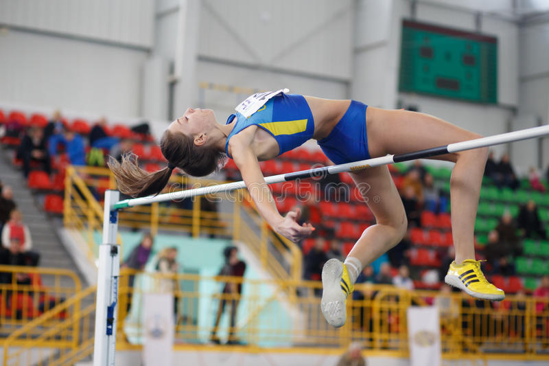 СУМЫ, УКРАИНА - 17-ОЕ ФЕВРАЛЯ 2017: Alyona Danyshchenko скача над баром в конкуренции высокого прыжка квалификации  стоковые изображения rf