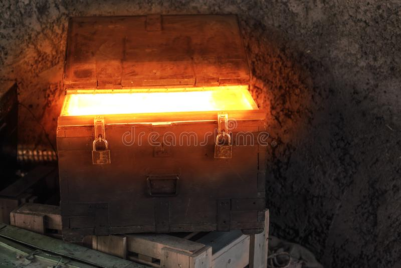 Сундук с сокровищами пиратов светя накалять светлая, загадочная коробка, предпосылка сказки стоковая фотография rf