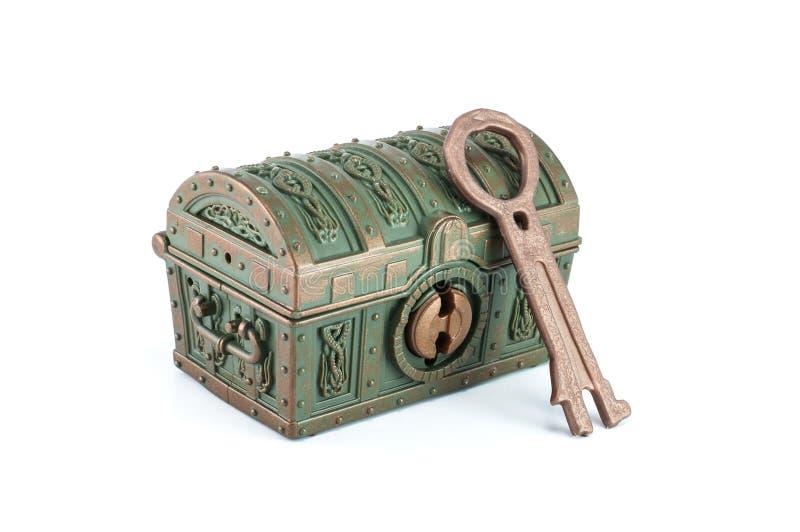 Сундук с сокровищами и ключ стоковое изображение rf