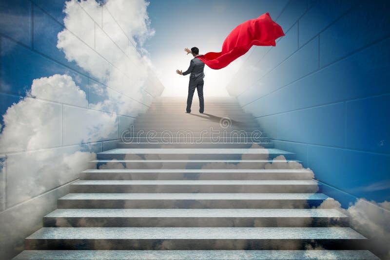 Супергерой бизнесмена успешный в концепции лестницы карьеры стоковые изображения rf