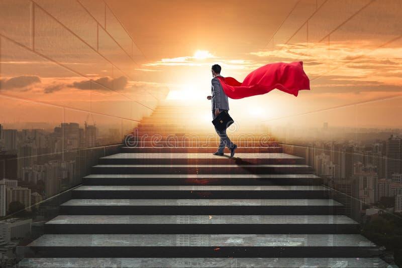 Супергерой бизнесмена успешный в концепции лестницы карьеры стоковая фотография rf