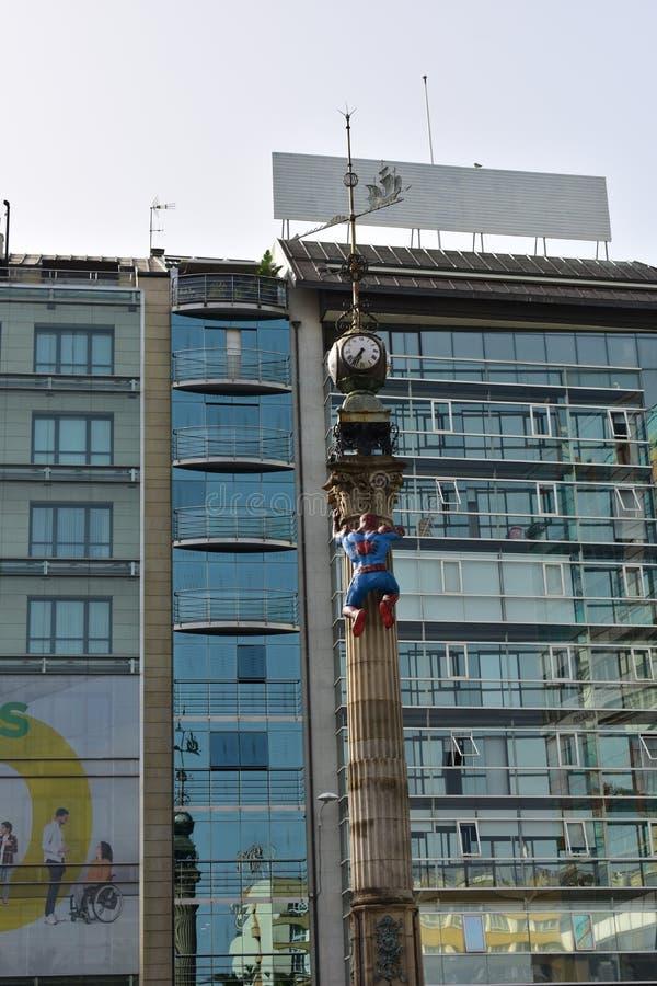 Супергерой в обелиске с лопастью часов и ветра Стеклянная предпосылка Windows стоковое фото