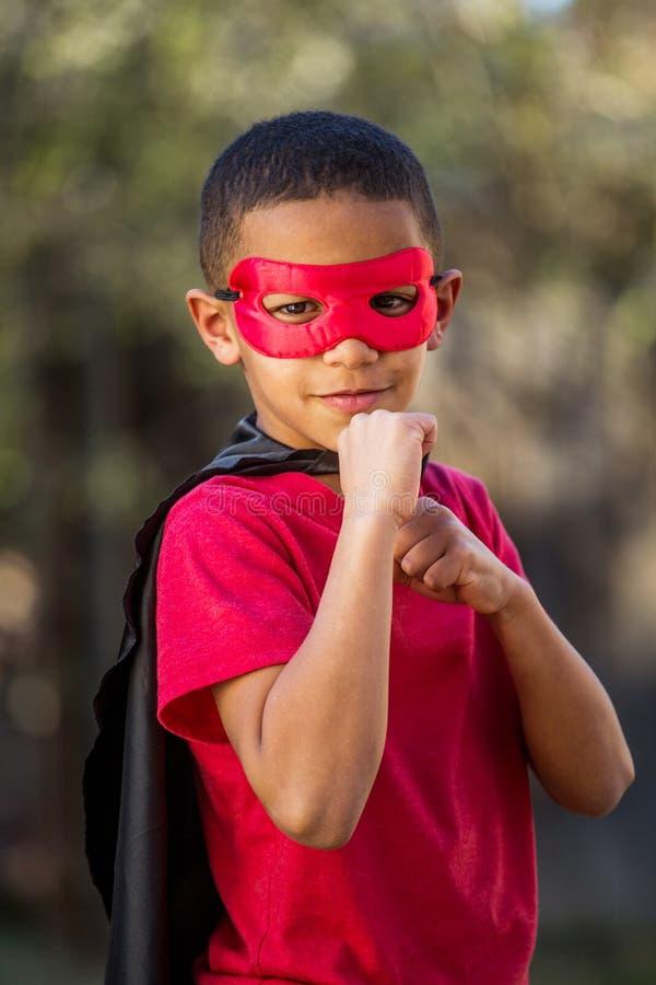 Супергерой мальчика готовый для боя стоковые изображения rf