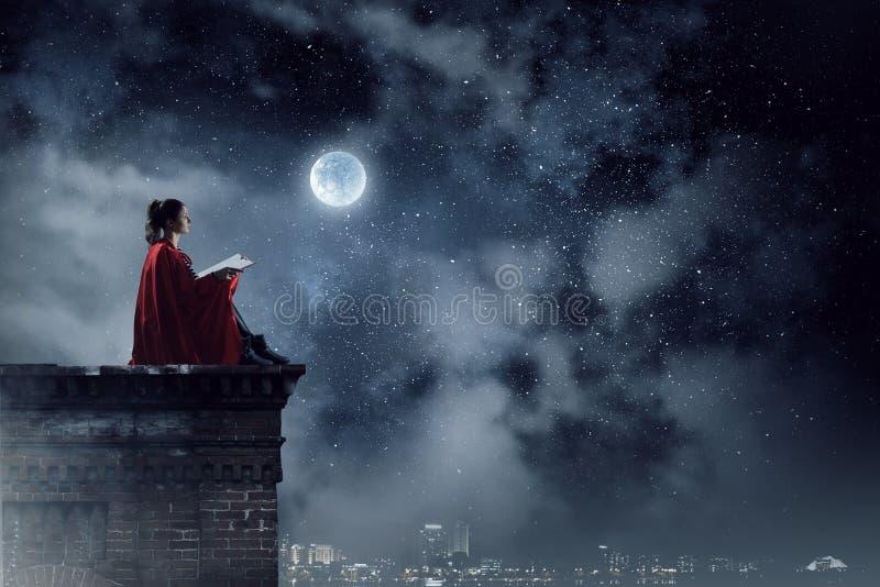 Супергерой на крыше Мультимедиа стоковые изображения