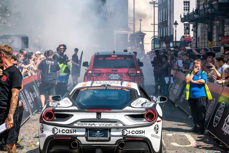 Суперкары горя автошины в начале стоковое фото rf