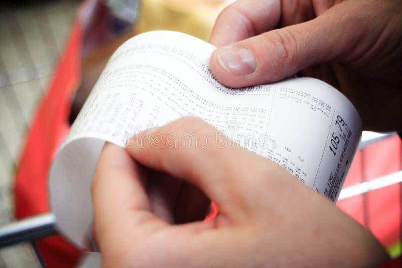 супермаркет бумажный счет получения проверки в руке стоковые фотографии rf