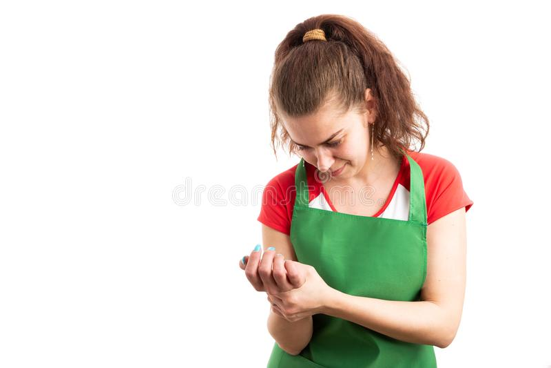 Супермаркет женщины или работник розничных продаж держа раненое запястье руки стоковая фотография