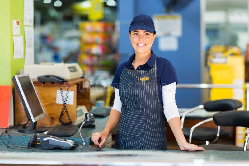 Супермаркет кассира женщины стоковые фото