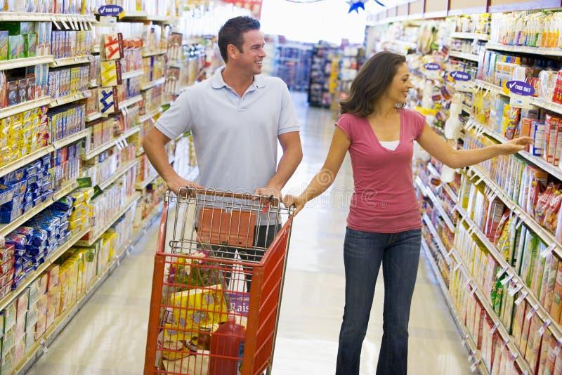 супермаркет покупкы пар стоковая фотография rf