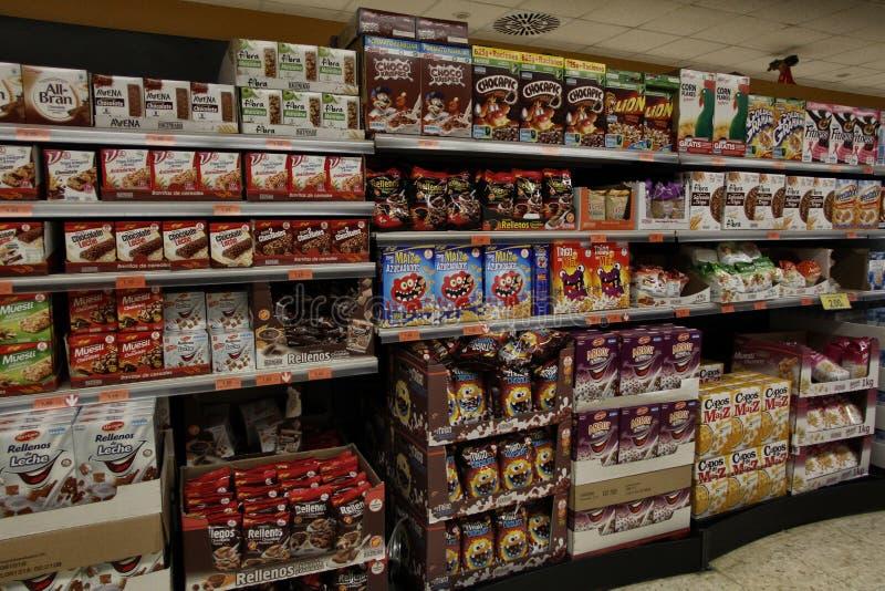 Download Супермаркет подготовленный для покупок рождества Редакционное Фотография - изображение насчитывающей внимательность, диетпитание: 81800107