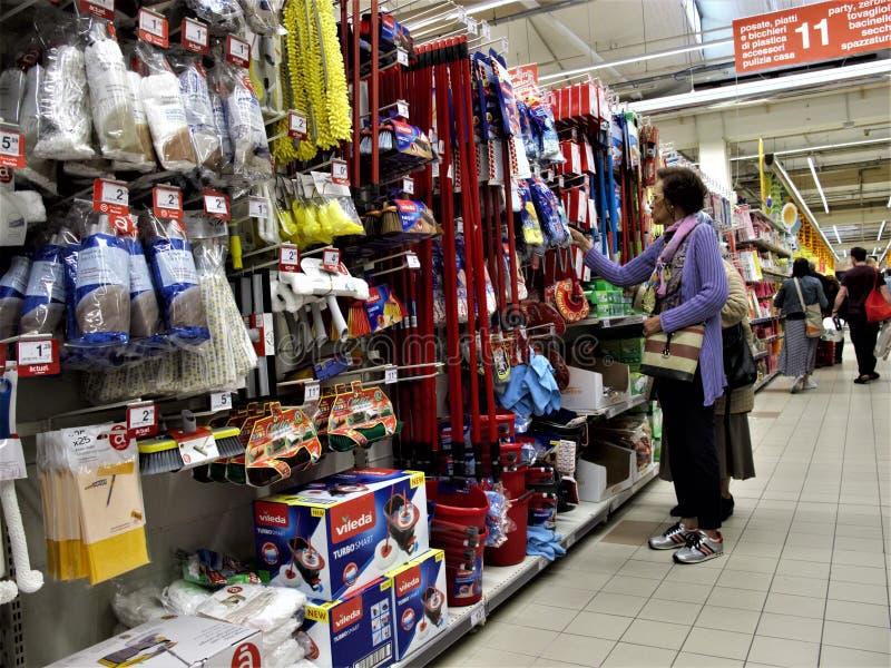 Супермаркет Auchan в Риме стоковое изображение rf
