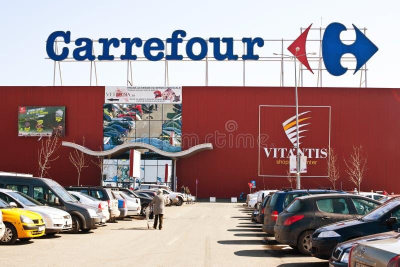 Супермаркет carrefour с местом для стоянки стоковое фото rf