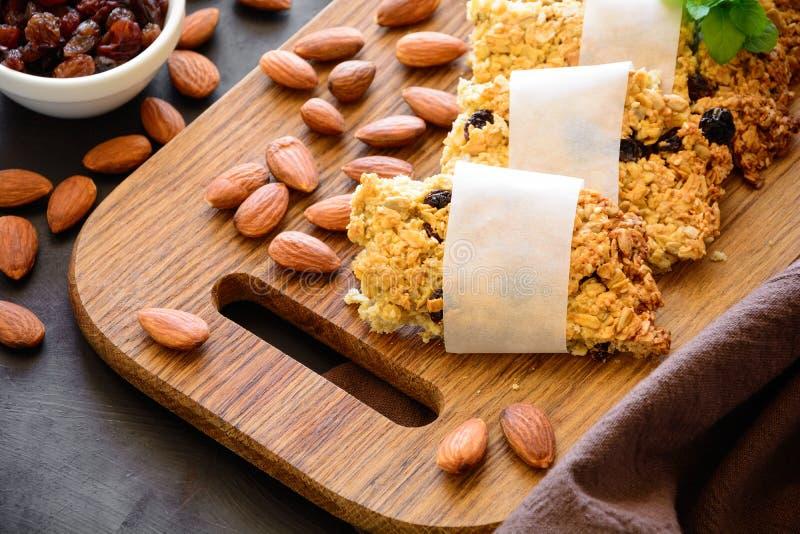 Супер бары завтрака еды с овсами, сезамом, семенами подсолнуха, медом и гайками на коричневой деревянной предпосылке стоковое фото rf