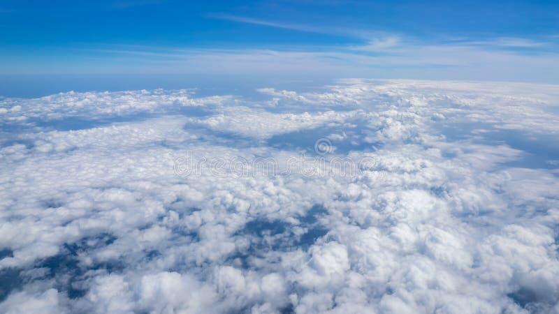 Супер большие облака и небо в природе смотрят от окна стоковое изображение