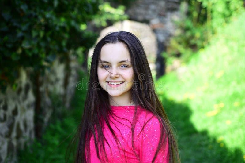 Супер довольно прямо сделать Милая девушка с длинным стилем причесок на ландшафте весны Ребенок девушки со здоровыми волосами брю стоковая фотография rf