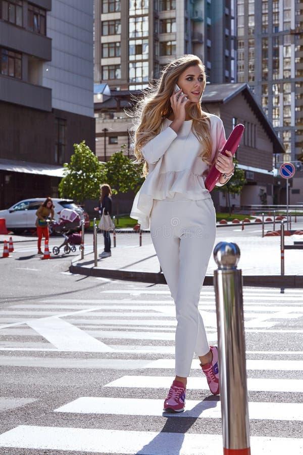 Супер занятая прогулка бизнес-леди на улице в большом городе стоковые изображения
