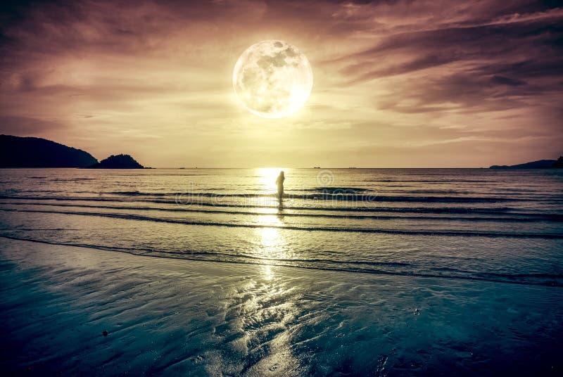 Супер луна Красочное небо с облаком и ярким полнолунием над se стоковая фотография