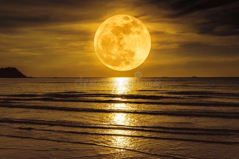 Супер луна Красочное небо с облаком и ярким полнолунием над se стоковое фото