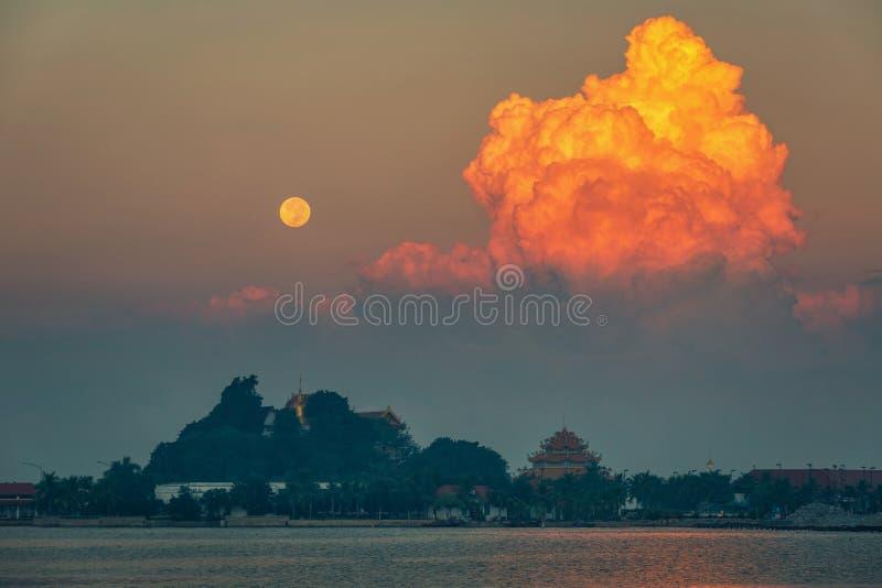 Супер луна крови над виском на известном месте Chonburi Таиланда вызвала Koh Loy съемка сцены ночи стоковое изображение rf