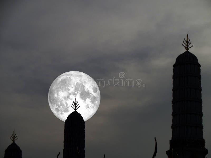 супер луна на темной пагоде неба и силуэта стоковые изображения