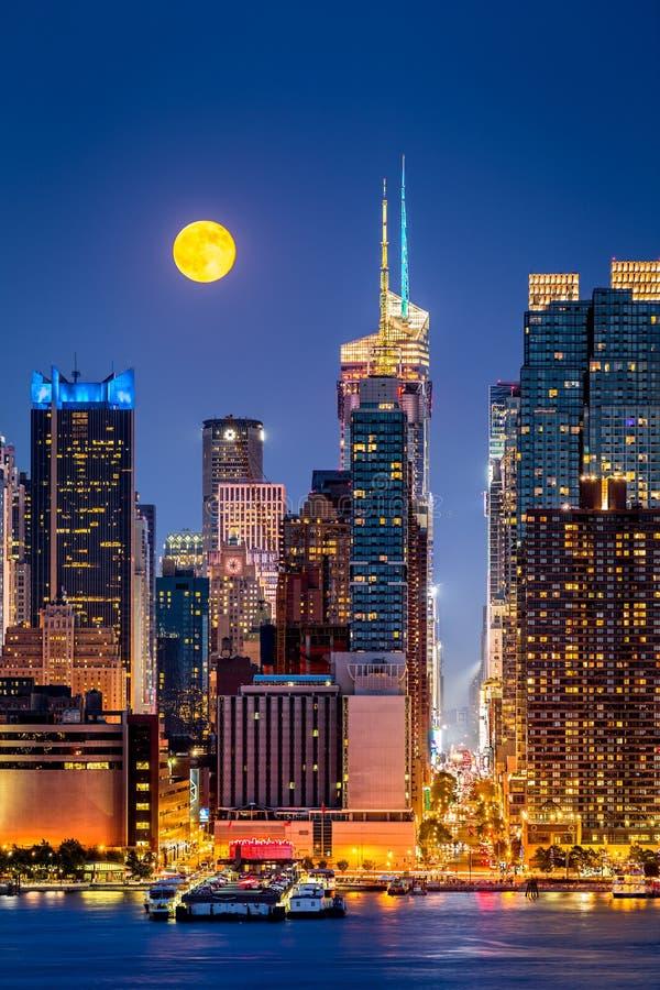 Супер луна в Нью-Йорке стоковое изображение