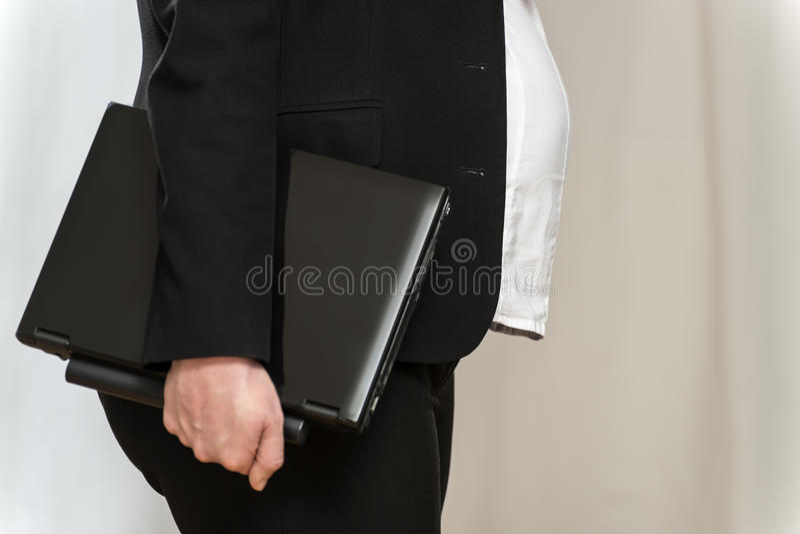 Супоросая женщина дела с компьтер-книжкой стоковые фотографии rf