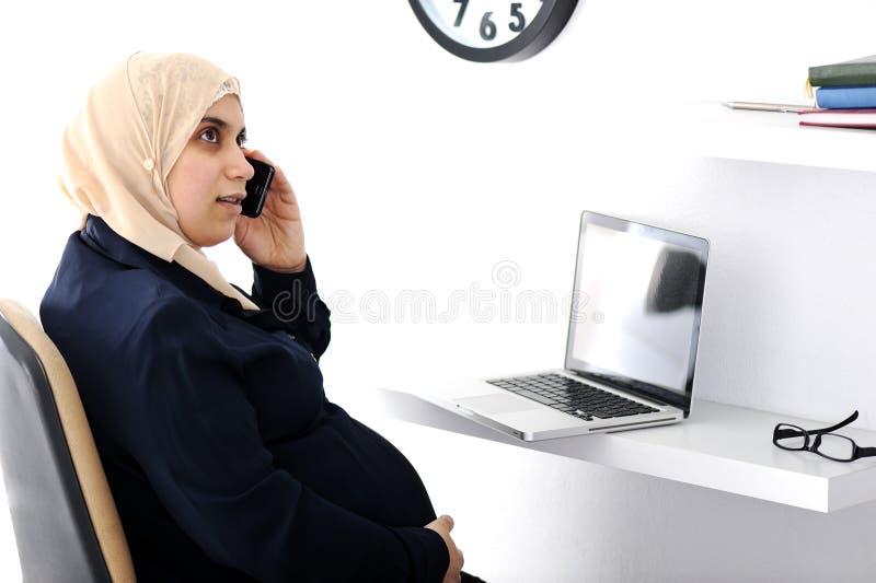 Супоросая мусульманская арабская женщина дела стоковое фото rf