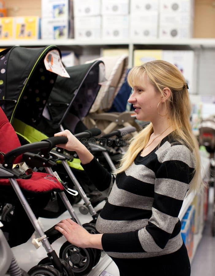 супоросая shoping женщина стоковые фотографии rf