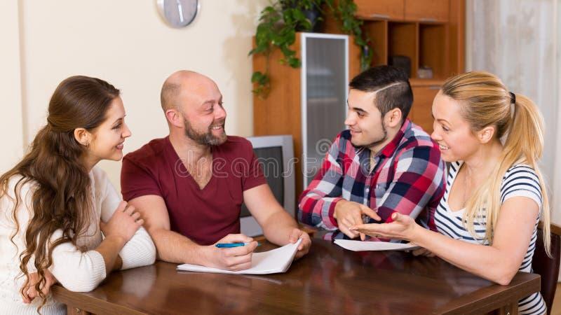 Супруги сидя с документами и прося друзья совет стоковые изображения rf