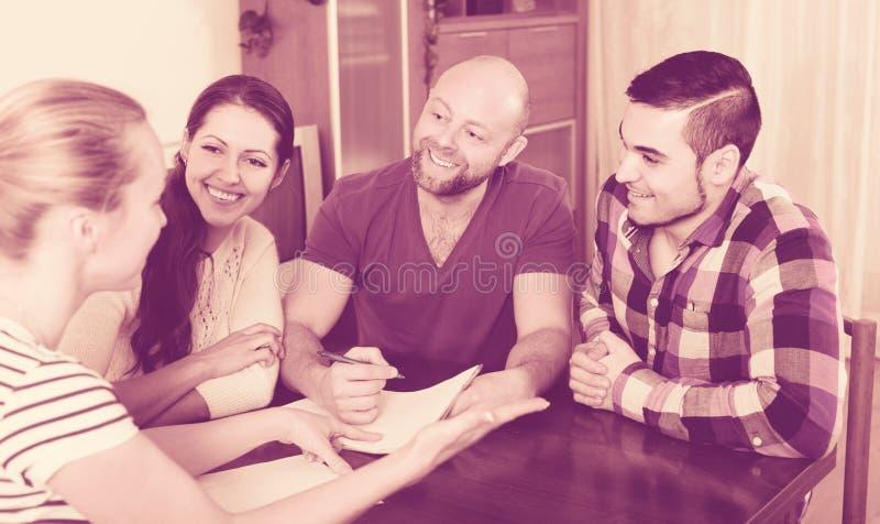 Супруги сидя с документами и прося друзья совет стоковое фото rf