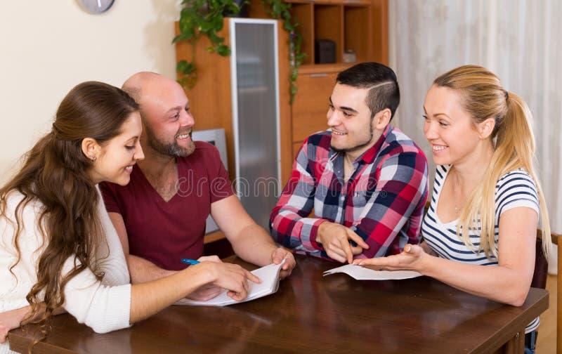 Супруги сидя с документами и прося друзья совет стоковое изображение rf