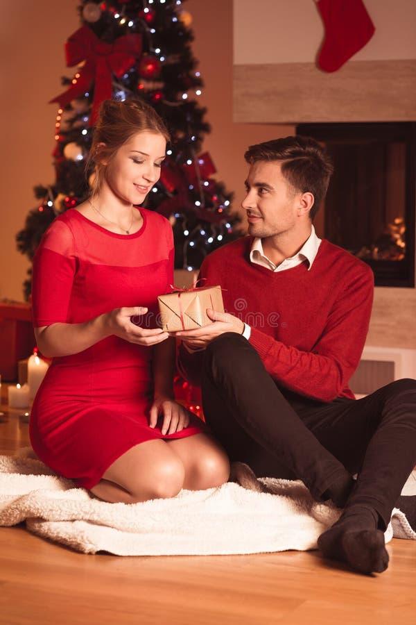 Супруг давая настоящий момент xmas жены стоковые изображения