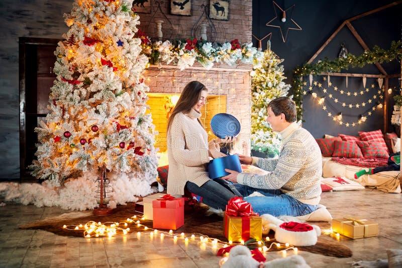 Супруг и жена дают настоящие моменты дома на Рождество стоковая фотография