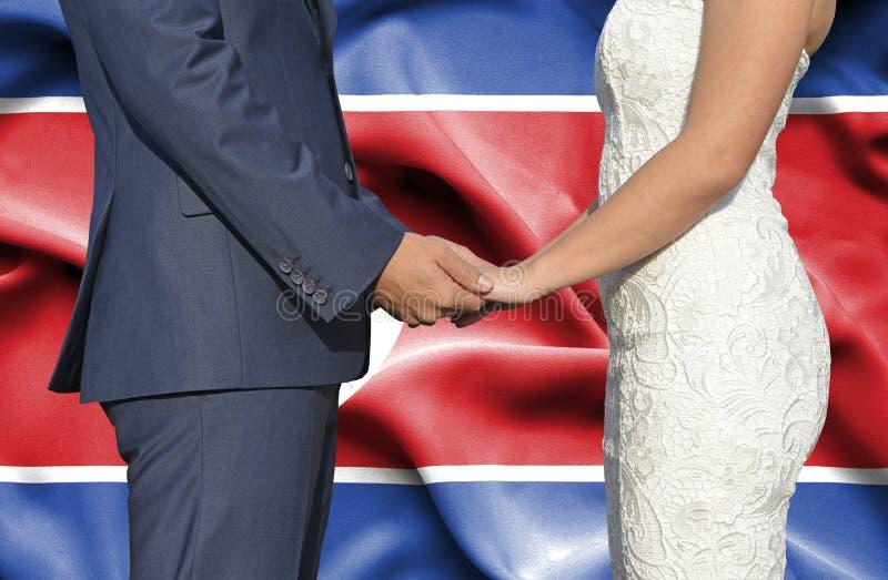 Супруг и жена держа руки - схематический фотоснимок замужества в Корейской Северной Корее стоковые фотографии rf