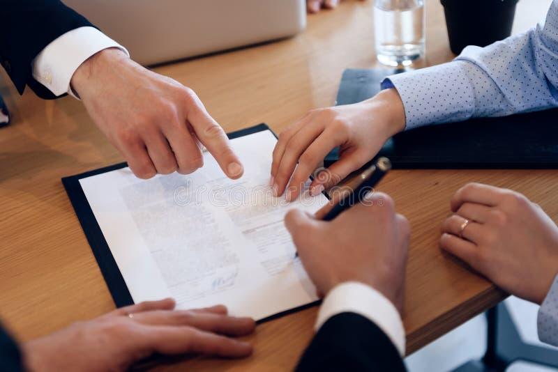 Супруг и жена подписывают поселение развода Пары идя через бумаги подписания развода стоковое фото rf