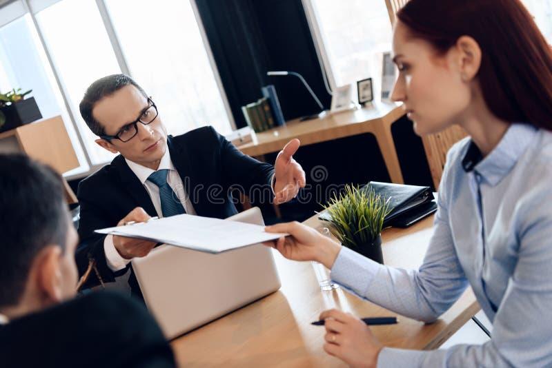 Супруг и жена подписывают поселение развода Divorcing пара растворяет контракт замужества стоковое фото rf