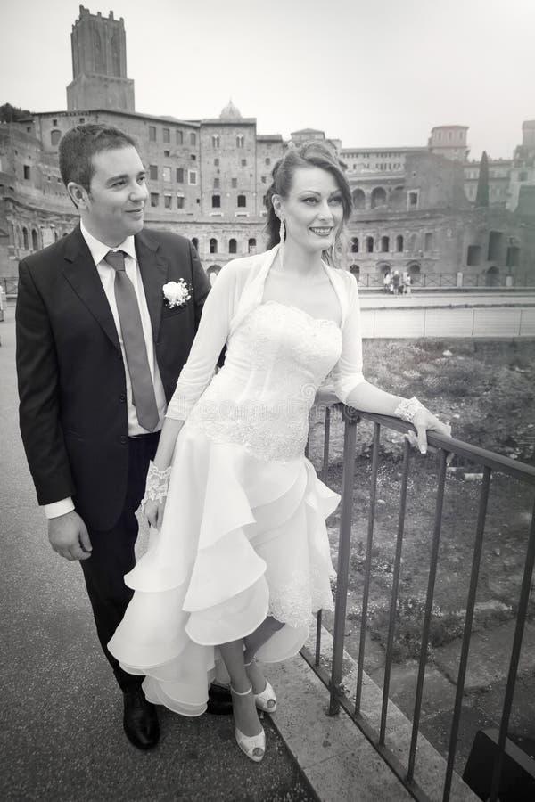 Супруг и супруга Замужество пар Новобрачные черная белизна стоковые фото