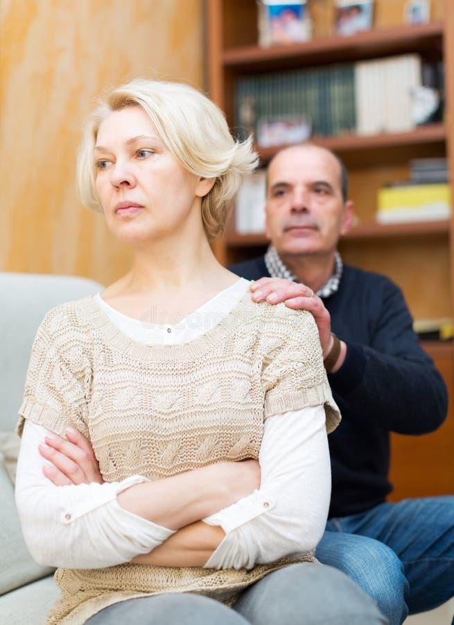 Супруг прося жена прощение стоковая фотография rf