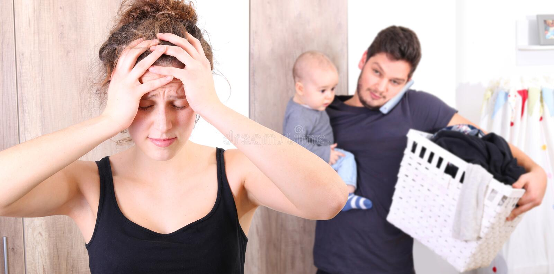 Супруг сокрушанный путем позаботиться о все самостоятельно, потому что его жена страдает от postpartum депрессии стоковые фотографии rf